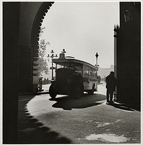 Roger-Viollet | 649688 | Bus driving under the arcade of the Louvre (palace and museum), Paris (Ist arrondissement). 1937. Photograph by Roger Schall (1904-1995). Paris, musée Carnavalet. | © Roger Schall / Musée Carnavalet / Roger-Viollet