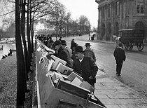 Roger-Viollet | 651049 | Secondhand booksellers, quai de Conti. Paris (VIth arrondissement), circa 1900. | © Neurdein / Roger-Viollet