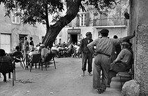 Roger-Viollet | 651502 | Terrace of a café. Saint-Tropez (Var), 1956. | © Bernard Lipnitzki / Roger-Viollet