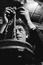 Roger-Viollet   652027   Alberto Giacometti (1901-1966), Swiss sculptor and painter, in his studio. Paris, 1961.   © Jean-Régis Roustan / Roger-Viollet