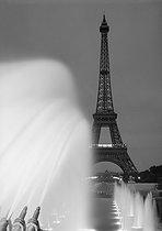 Roger-Viollet   652380   View of the Eiffel Tower from the Trocadéro ponds. Fountains at night. Paris (XVIth arrondissement). Photograph by René Giton (known as René-Jacques, 1908-2003). Bibliothèque historique de la Ville de Paris.   © René-Jacques / BHVP / Roger-Viollet
