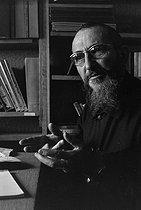 Roger-Viollet | 652641 | Abbé Pierre (Henri Grouès, 1912-2007), French ecclesiastic and founder of the Emmaüs association. | © Jacques Cuinières / Roger-Viollet