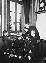 Roger-Viollet | 652759 | PARIS - PUPILS LISTENING TO THE RADIO | © Albert Harlingue / Roger-Viollet