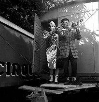 Roger-Viollet | 652854 | Fanni circus. Parade. Paris, April 1953. | © Studio Lipnitzki / Roger-Viollet