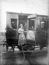Roger-Viollet | 658605 | World War I. Women at work, cleaning railway cars. France. | © Jacques Boyer / Roger-Viollet