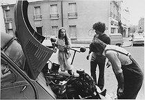 Roger-Viollet | 659722 | Young people repairing a 2CV car in the Goutte d'Or district, rue Polonceau. Paris (XVIIIth arrondissement), 1973. Photograph by Léon Claude Vénézia (1941-2013). | © Léon Claude Vénézia / Roger-Viollet