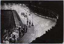 Roger-Viollet | 659861 | The six-day cycle race at the Winter Velodrome. Paris, 1954. Photograph by Jean Marquis (1926-2019). Bibliothèque historique de la Ville de Paris. | © Jean Marquis / BHVP / Roger-Viollet