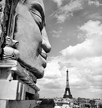Roger-Viollet   661169   1937 World Fair in Paris. View of the Eiffel Tower from the île aux Cygnes.   © Pierre Jahan / Roger-Viollet