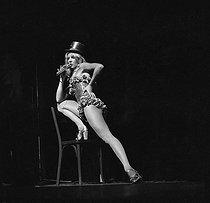 Roger-Viollet | 661627 | Sylvie Vartan on rehearsing. Paris, Olympia, September 1972. | © Patrick Ullmann / Roger-Viollet