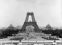 Roger-Viollet | 661717 | Construction of the Eiffel Tower for the 1889 World Fair. Paris, September 1888. Photograph by Henri Roger (1869-1946). | © Henri Roger / Roger-Viollet
