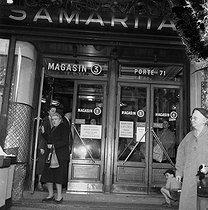Roger-Viollet | 663868 | Entrance of the Samaritaine department store. Paris (Ist arrondissement), May 1953. | © LAPI / Roger-Viollet