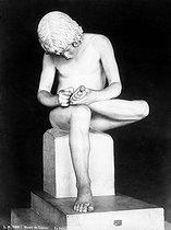 Roger-Viollet | 665285 | Tireur d'épines, musée du Louvre. | © Léopold Mercier / Roger-Viollet