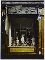Roger-Viollet | 666750 | Corset shop, 88 rue du Docteur Arnold Netter. Paris (XIIth arrondissement), 1981. Photograph by Felipe Ferré. Paris, musée Carnavalet. | © Felipe Ferré / Musée Carnavalet / Roger-Viollet