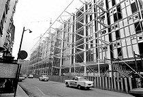Roger-Viollet | 669512 | Chantier de construction du Centre national d'art et de culture Georges-Pompidou. Paris, rue Beaubourg, 1976. | © Roger-Viollet / Roger-Viollet