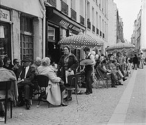 Roger-Viollet | 669574 | Paris (IVth district). Terrace of cafe on the Beaubourg plateau. | © Roger-Viollet / Roger-Viollet