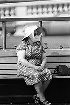 Roger-Viollet | 670131 | Street scene. Brighton (England), on August 5, 1980. | © Jean-Pierre Couderc / Roger-Viollet