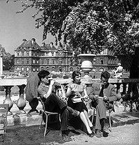 Roger-Viollet | 670853 | Luxembourg park. Paris (VIth arrondissement), 1950's. Photograph by Janine Niepce (1921-2007). | © Janine Niepce / Roger-Viollet