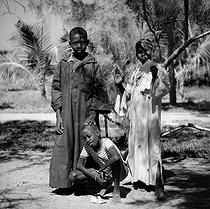 Roger-Viollet | 672064 | Children. Ngor (Senegal), 1963. Photograph by Hélène Roger-Viollet (1901-1985). | © Hélène Roger-Viollet / Roger-Viollet