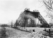 Roger-Viollet | 673085 | Construction of the Eiffel Tower (early 1888) for the 1889 World Fair in Paris. In the background: the Trocadero palace. | © Roger-Viollet / Roger-Viollet