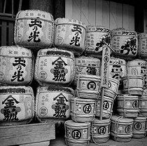 Roger-Viollet | 676162 | Rice bales and sake barrels labeled with the names of their donors, in front of the Chion-in Temple. Kyoto (Japan), March 1962. Photograph by Hélène Roger-Viollet (1901-1985). | © Hélène Roger-Viollet / Roger-Viollet