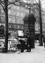 Roger-Viollet | 676447 | Newsstand, near the Gare Saint-Lazare. Paris (VIIIth arrondissement), 1899. | © Jacques Boyer / Roger-Viollet