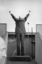 Roger-Viollet | 676838 | General de Gaulle (1890-1970), making a speech, place de Jaude. Clermont-Ferrand (France), on June 8, 1959. | © Bernard Lipnitzki / Roger-Viollet