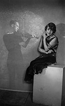 Roger-Viollet | 677134 | Mistinguett (1875-1956), French actress, singer and variety artist, with Ladd. | © Studio Lipnitzki / Roger-Viollet