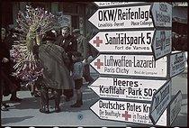 Roger-Viollet | 678498 | World War II. German signpost at the flea market in Saint-Ouen. Photograph by André Zucca (1897-1973). Bibliothèque historique de la Ville de Paris. | © André Zucca / BHVP / Roger-Viollet