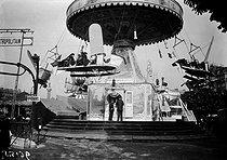 Roger-Viollet | 681752 | Paris - Roundabout at the Foire aux Pains d'Epices | © Maurice-Louis Branger / Roger-Viollet