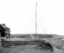 Roger-Viollet | 682383 | Mast of Guglielmo Marconi. Beach of Wimereux (Pas-de-Calais), on April 27, 1899. Photo by Ernest Roger. | © Ernest Roger / Roger-Viollet