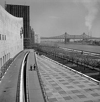 Roger-Viollet | 682967 | View of the East River and the Queensboro Bridge from a window of the headquarters of the United Nations. New York (United States), May 1964. Photograph by Hélène Roger-Viollet (1901-1985). | © Hélène Roger-Viollet / Roger-Viollet