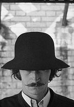 Roger-Viollet   684378   Men's fashion. Hat designed by Cerruti. Paris, 1972. Photograph by Georges Kelaïditès (1932-2015).   © Georges Kelaïditès / Roger-Viollet