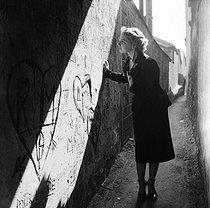 Roger-Viollet | 688917 | Gaston, Paris (1903-1964). Mme Monica Lando et Pierre à Bagnolet. Camille Berthier au Luxembourg. négatif sur support souple en nitrate de cellulose. [s. d.]. Bibliothèque historique de la Ville de Paris. | © Gaston Paris / BHVP / Roger-Viollet