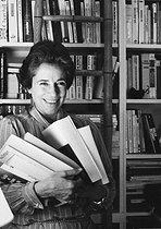 Roger-Viollet | 689072 | Françoise Giroud (1916-2003), French journalist, writer and politician, at her place. Paris, 1979. Photograph by Janine Niepce (1921-2007). | © Janine Niepce / Roger-Viollet