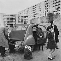 Roger-Viollet | 691319 | A family in front of their Citroën 2CV | © Janine Niepce / Roger-Viollet