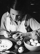 Roger-Viollet | 691835 | Young girl painting Easter eggs. | © Roger-Viollet / Roger-Viollet