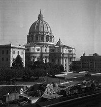 Roger-Viollet | 692607 | Après-guerre. Basilique Saint-Pierre. Rome (Italie), vers 1950. | © Gaston Paris / Roger-Viollet