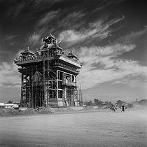Roger-Viollet | 694752 | The Patuxai (Victory Gate or Gate of Triumph, built from 1957 to 1969), war monument for the Laotian soldiers who died during World War II and for the independence of the country towards France. Vientiane (Laos), December 1963. Photograph by Hélène Roger-Viollet (1901-1985). | © Hélène Roger-Viollet & Jean Fischer / Roger-Viollet