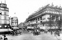 Roger-Viollet | 696400 | The Samaritaine (in the background, on the left). The Belle Jardinière (on the right). Rue du Pont-Neuf, around 1900. | © Neurdein / Roger-Viollet
