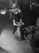 Roger-Viollet | 699026 | Laboratoire hydraulique. Grands réservoirs d'eau avec instruments de pompage pouvant débiter 120 gallons à la seconde. Delft (Pays-Bas), 1945. | © Jacques Boyer / Roger-Viollet