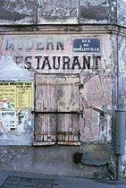 Roger-Viollet | 700181 | Former restaurant, rue de Romainville. Paris (XIXth arrondissement), November 1966. Photograph by Léon Claude Vénézia (1941-2013). | © Léon Claude Vénézia / Roger-Viollet