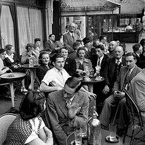 Roger-Viollet | 701803 | Paris. Terrace of a café. 1950. | © LAPI / Roger-Viollet