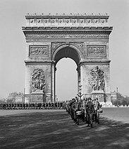 Roger-Viollet | 702563 | World War II. Parade of German troops on the Champs-Elysées. Paris (VIIth arrondissement), 1940. | © Roger Schall / Roger-Viollet