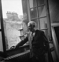 Roger-Viollet   702740   Pablo Picasso (1881-1973), Spanish painter and sculptor, rue des Grands-Augustins (VIth arrondissement), at the window of his studio. Paris, October 1944.   © Pierre Jahan / Roger-Viollet