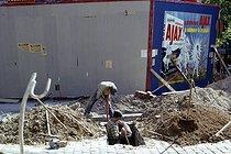 Roger-Viollet | 704867 | Migrant workers on a construction site, boulevard de Belleville. Paris (XXth arrondissement), 1966. Photograph by Léon Claude Vénézia (1941-2013). | © Léon Claude Vénézia / Roger-Viollet