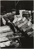 Roger-Viollet | 705383 | The Halles covered market. Handcarts. Paris, 1967. Photograph by Jean Marquis (1926-2019). Bibliothèque historique de la Ville de Paris. | © Jean Marquis / BHVP / Roger-Viollet