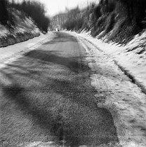Roger-Viollet | 706193 | Gaston, Paris (1903-1964). Routes. négatif sur support souple en nitrate de cellulose. [s. d.]. Bibliothèque historique de la Ville de Paris. | © Gaston Paris / BHVP / Roger-Viollet