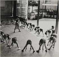 Roger-Viollet | 708628 | Open-air school, chemin de la Motte. Gym class. Suresnes (France), 1935-1939. Photograph by Jean Roubier (1896-1981). Bibliothèque historique de la Ville de Paris. | © Jean Roubier / BHVP / Roger-Viollet