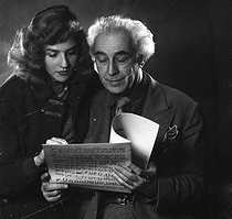 Roger-Viollet | 712164 | Abel Gance (1889-1981), French director and Nelly Kaplan (born in 1936), Argentinian-born French director and writer. November 1956. | © Boris Lipnitzki / Roger-Viollet