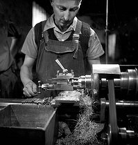Roger-Viollet   712622   AMBOISE - MATERIEL DE PECHE   © Tony Burnand / Roger-Viollet